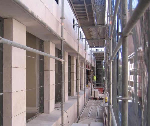 Aplacados y fachadas pegadas de piedra natural sogestone for Exterior edificios